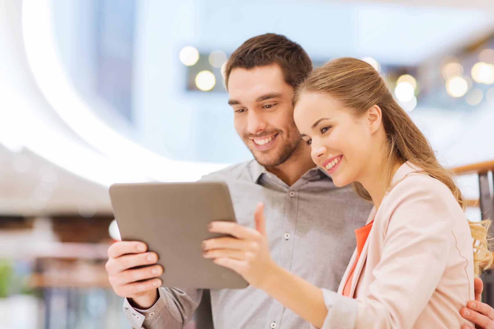Pärchen-Beim-Einkaufen-mit-Tablet